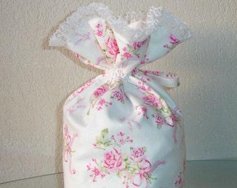 Pochon style shabby imprimé fleuri et dentelle blanche