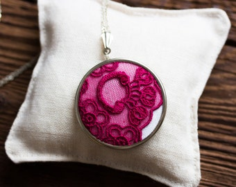Lace necklace with fuchsia (dark pink) lace l029