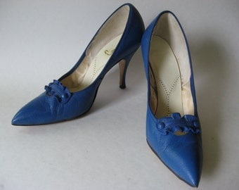 Fantastic Cameo Room vintage true blue leather stiletto pumps high heels toe buttons and ruffle detail SZ 5.5/6