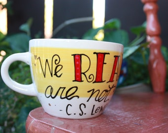 """C.S. Lewis """"We read to know we are not alone"""" Hand painted quote mug - Med, broad latte mug - Yellow and white - literary"""