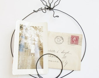 Wirt Art Photo Holder - Hanging or Wall Display in Circular Design for Signs, Photos, Notes or ??