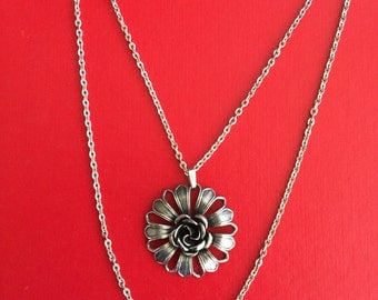 Beautiful Silver Tone Flower Pendant and Chain