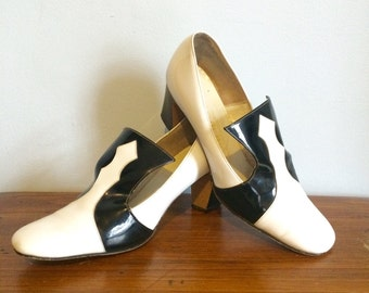 Vintage 60s MOD Shoes / Black & White Patent Leather Pumps / Mid Century Heels / Size 7