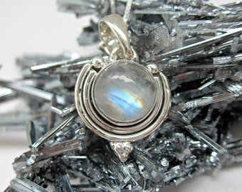 rainbow moonstone pendant. rainbow moonstone necklace. rainbow moonstone jewelry. sterling silver
