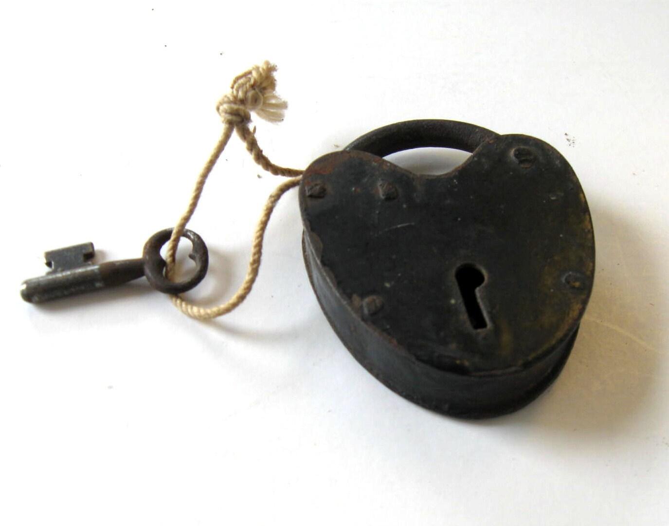 antique heart shaped lock and key small padlock wedding. Black Bedroom Furniture Sets. Home Design Ideas