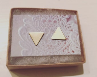 triangle studs- triangle earrings-gold pyramid earrings-geometric earrings-gold triangle studs