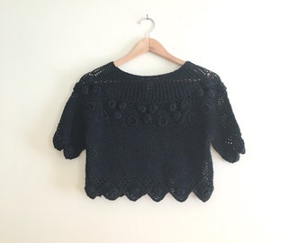 Vintage Crochet Cropped Rosette Sweater // Crop Top Jumper // Black Minimalist Hipster Pullover // Scalloped 1990s