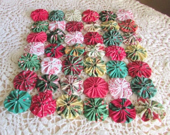 Mini yo yo quilt or table topper in Christmas prints