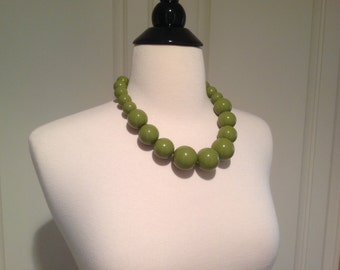 "Big Green beaded necklace / 1970's style big and bold / 16"" graduating ball beads / chunky large bead necklace"