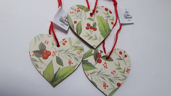 Christmas hanging heart featuring traditional holly and misteltoe. 6.5cm