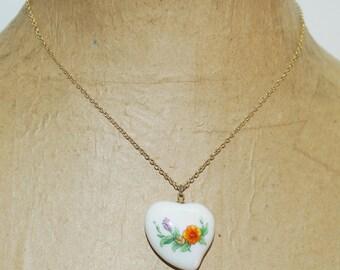 """Vintage Porcelain Heart Flowers 16"""" Gold Tone Chain Necklace"""