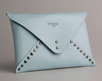 Card Bag. Elaborado en piel de vacuno y montada con remaches. Clutch
