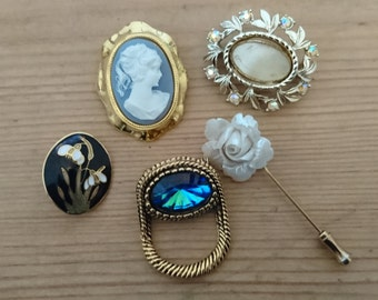 lot of five vintage brooches/pins