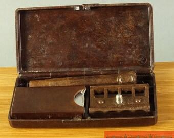 nice bakelite razor (unknown) in box around 1930
