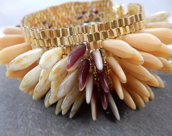 Dagger Delight - beige beaded bracelet with dagger beads