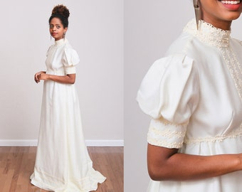 1970s Cream Vintage Eyelet Lace Collared Wedding Dress w/Back Bow and Built-In Crinoline Petticoat - XS - Poof Sleeve - Victorian