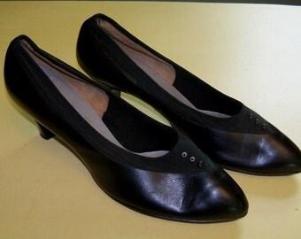 """Vintage 1950's Black """"The Foot Saver Shoe"""" Famous Barr Pump Shoes - Size 10A"""