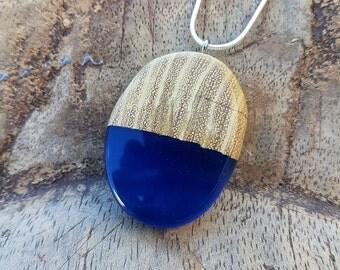 Hout met blauwe heldere epoxy hanger, hars/houten ketting, epoxyhars, hout/resin sieraden, houtenhanger, hout en hars, handgemaakte sieraden