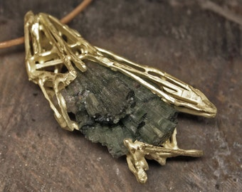 Yellow gold pendant with tourmaline crystal