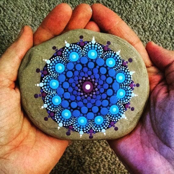 Piedras pintadas con mandalas papeldecesta for Tecnica para pintar piedras