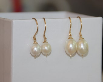 7mm and 10mm Drop pearl earring. 14K gold filled Freshwater pearl. Natural Pearl earring. Gold earrings. Dangle earring. Brides jewelry.