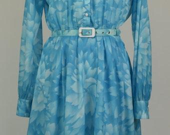 Vintage 1970s size 10 (S) blue and white leaf design day dress with buttons down front and white pointed collar. Removable belt
