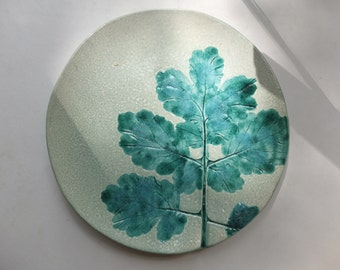 The plate with the imprint of the leaves
