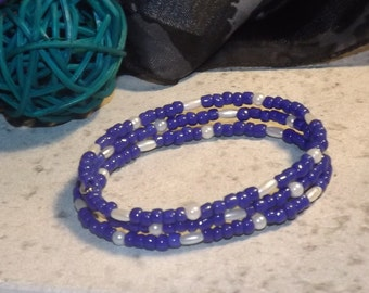 Bracelet of glass seed beads on memory wire, blue and white