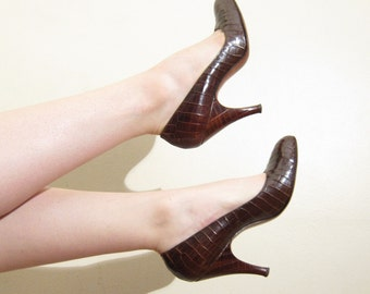 Vintage 1940s Pumps in Brown Crocodile Leather / 40s High Heeled Shoes / 7 1/2
