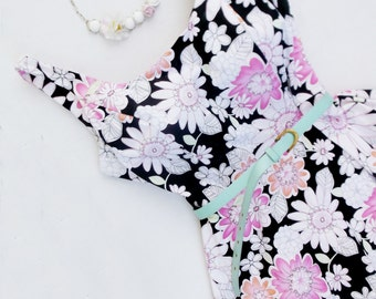 VIntage  80s Floral Sundress . Carrie Bradshaw. Fit and Flare. 50s Style. White Pink Flower Power. Size 9/10