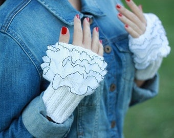 White Knit gloves, Cozy gloves, Ruffled gloves, knitted wrist cuff, ruffled white gloves, knit white mittens, frilly gloves