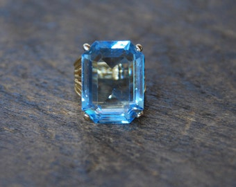 Vintage Blue Rhinestone Ring Large Emerald Cut Stone 14K Gold Electroplate Size 4 1/2 Statement Bling Ring 1990's // Vintage Costume Jewelry