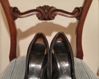 Vintage 1940s 1950s black suede baby doll pumps, size 8 or 8.5