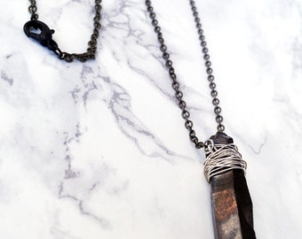 Necklace in antique gold with black crystal.
