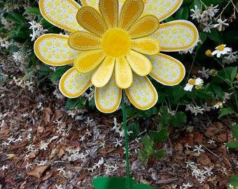 White Metal Flower Garden Stake, Garden Art, Yard Art, Gift For Mom,