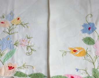 Vintage Applique Napkins, Shabby Chic Linen, Country Kitchen Decor, Wildflowers, 1950's Cottage, Pink Roses, Linen Napkins, Hand Embroidered