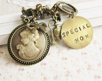 Personalized Special Mom keychain, hand stamped personalized jewelry, gift for mother, keychain with charms, Europe