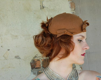 Brown wool fascinator hat, pin, 1940s 1950s caramel