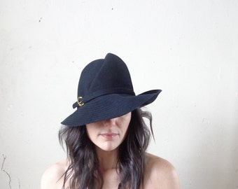 vintage vagabond hat/black wool felt/ gold buckle on band// 22