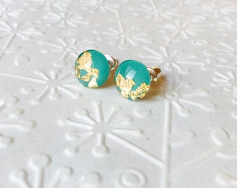 Emerald & gold leaf flakes round stud earrings,glass stud earrings, tiny stud earrings, green and gold studs,resin stud earrings,dainty stud