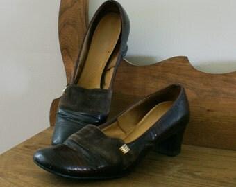 Brown Leather Vintage 1960's Vintage Naturalizer Pumps w/ Suede & Gold Button Detail Reptile Look Size 9 Narrow - M-795