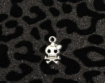 10 Silver Tone Skull With Bow Charms