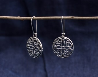 Earrings with round ornament
