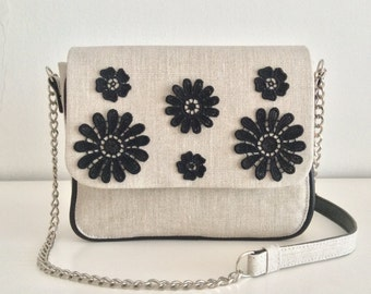 Clutch in linen with embroidered flowers applied