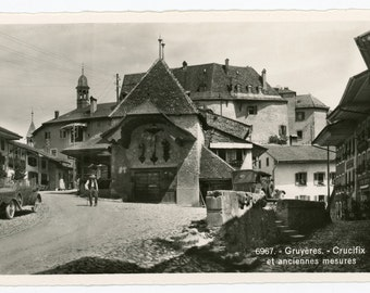 Gruyères Crucifix et anciennes mesures 6967 - real photo postcard- RPPC- Gruyères street view- Fribourg Switzerland
