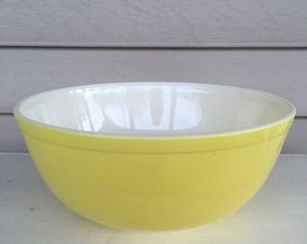 Vintage PYREX mixing bowl - yellow - 4 QT.