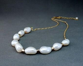 Kurze Barocke Perlenkette mit vergoldeter Kette