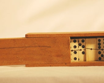 Box of dominoes old wood - France