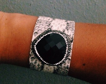 Black whote snakeskin cuff / pblack studded pendant