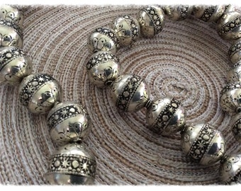 5 round beads silver celestial patterned metal